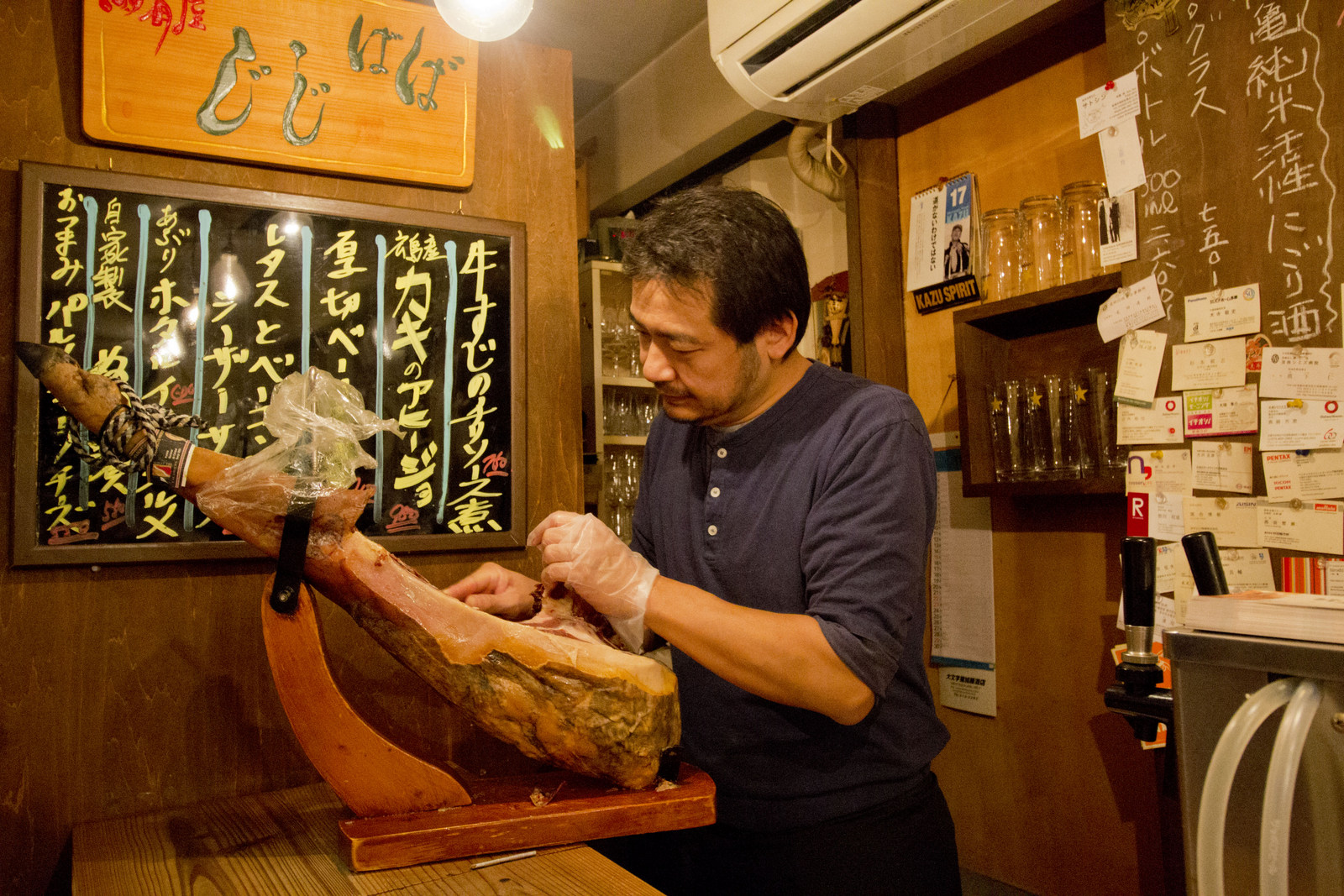おとなりのお客さんが注文していた、スペイン産のイベリコ生ハム。その場でスライスしてもらえます