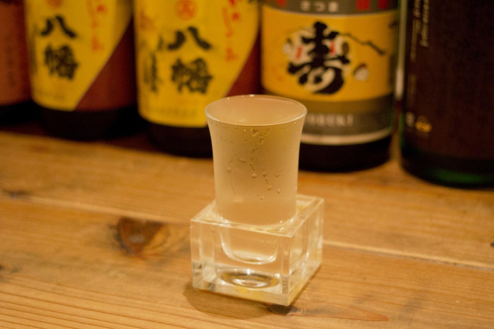 2杯目は「上槽中汲(じょうそうなかくみ)純米無ろか生原酒」。透明の枡が粋です
